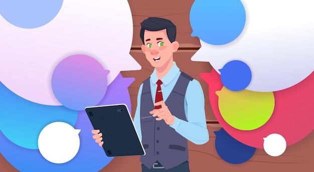 Homme affaires, tenue, tablette, parler, sur, chat coloré, bulles