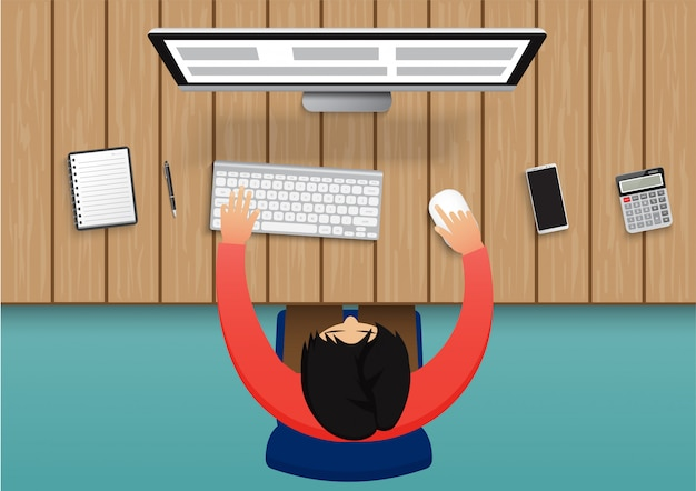 Homme d'affaires travaillant sur ordinateur. homme d'affaires assis sur une chaise bleue vue de dessus le bureau avec équipement de bureau.