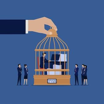 Homme d'affaires travaille sur la cage en regardant par gestionnaire.