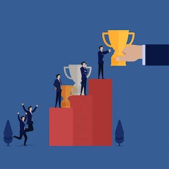 Homme d'affaires: trophée en or et argent sur le podium.