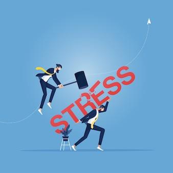 L'homme d'affaires utilise un marteau pour essayer de briser le mot de stress d'un autre