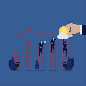 Homme d'affaires voir au nuage pour la croissance des bénéfices inattendus des bénéfices futurs.