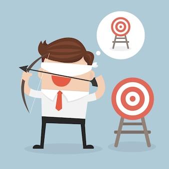 Homme d'affaires avec les yeux bandés, tenant l'arc et la flèche chercher la cible dans le vecteur de mauvaise direction.