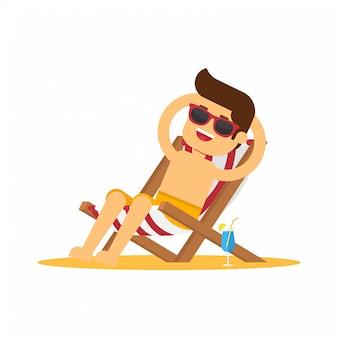 Homme aller voyager pendant les vacances d'été, homme assis sur une chaise de plage et prenant un bain de soleil sur le bord de la mer