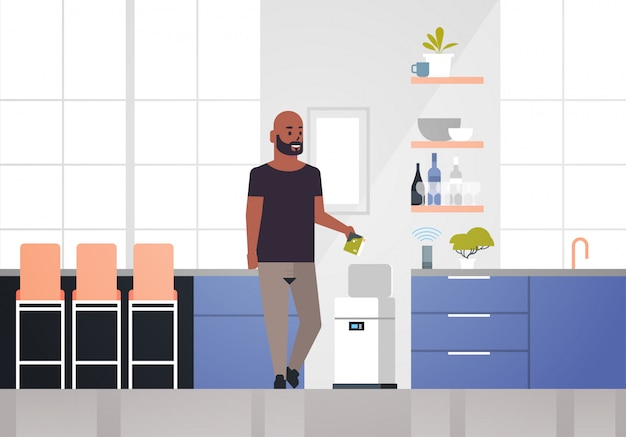 Homme américain africain, mettre, poubelle, dans, électronique, corbeille recyclage