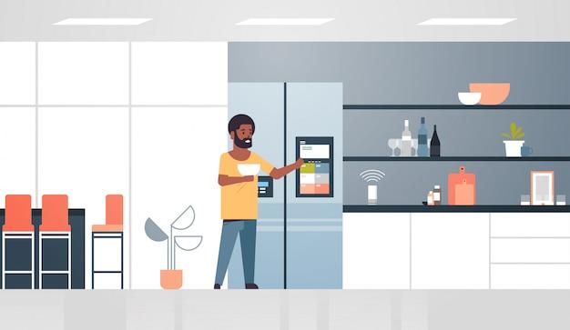 Homme américain africain, toucher, écran réfrigérateur