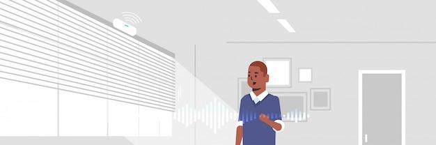 Homme américain africain, utilisation, intelligent, haut-parleur, reconnaissance vocale