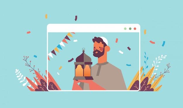 Homme arabe célébrant en ligne le ramadan kareem célébration du mois sacré auto isolement quarantaine