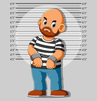 Homme arrêté posant pour mugshot
