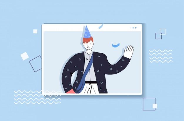 Homme au chapeau de fête célébrant l'anniversaire en ligne