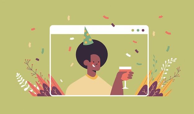 Homme Au Chapeau De Fête Drôle Célébrant L'anniversaire En Ligne Vecteur Premium