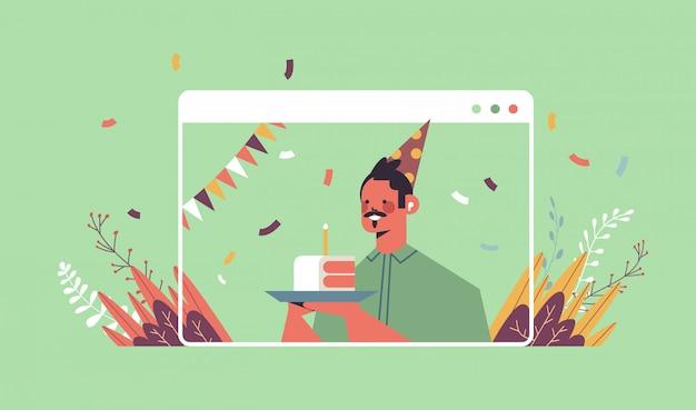 Homme au chapeau de fête drôle célébrant la fête d'anniversaire en ligne