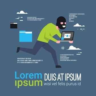 L'homme au masque noir a tapé l'ordinateur portable courir loin