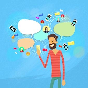Homme bavardant texto, communication de réseau social