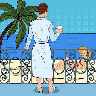 Homme buvant du café sur le balcon