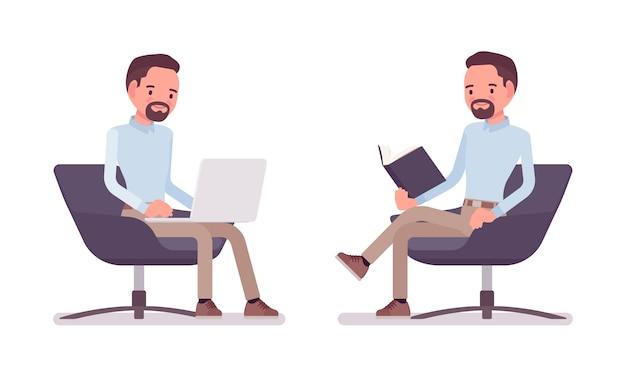 Homme casual chic assis dans un fauteuil