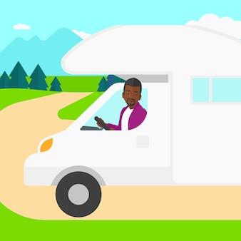 Homme conduisant une autocaravane.