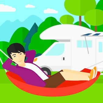 Homme couché dans un hamac
