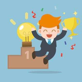 Homme d'affaires heureux heureux avec ampoule idée et trophée d'or première place.