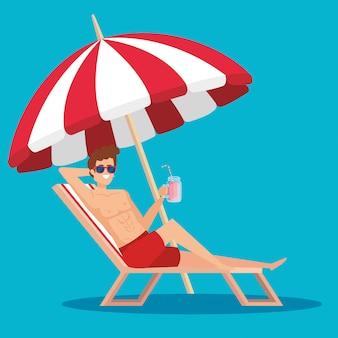 Homme dans la chaise de bronzage avec jus de boisson et parapluie