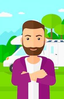 Homme debout devant le camping-car.