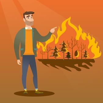 Homme debout sur le feu de forêt.
