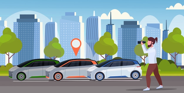 Homme décontracté regardant à travers des jumelles à la recherche d'une automobile avec un emplacement location de partage de voiture concept transport service d'autopartage fond de paysage urbain moderne pleine longueur horizontale