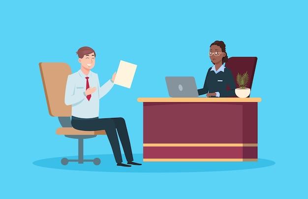 Homme en entretien d'embauche. réunion de travail isolée, gestion des ressources humaines ou agence de recrutement. un employé masculin de dessin animé et une femme d'affaires ont une conversation. illustration vectorielle de jeune gestionnaire et patron