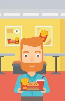Homme avec fast food.