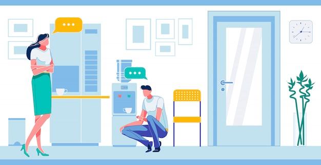Homme et femme ayant une pause-café à la cuisine de travail.