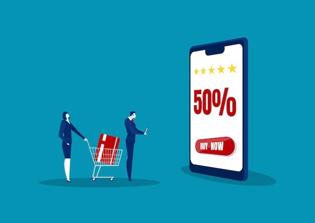 Homme et femme boutique en ligne à l'aide de smartphone