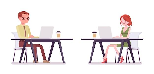 Homme, femme commis travaillant avec un ordinateur portable