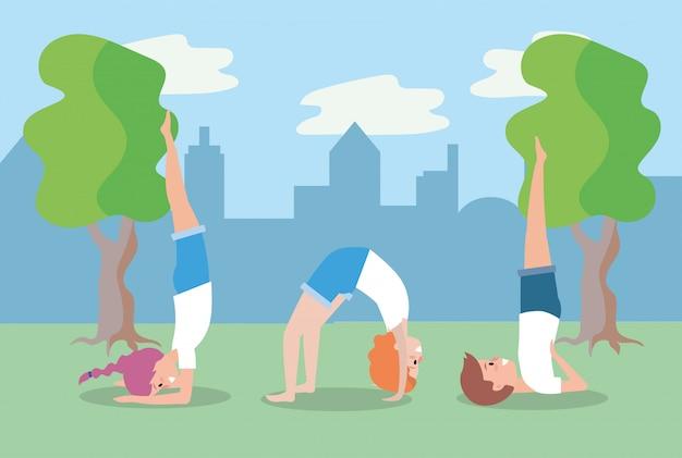 Homme et femme pratiquant une position d'équilibre de yoga