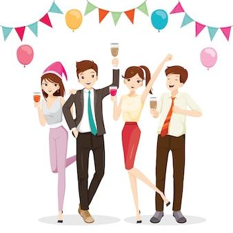 Homme et femme s'amusant en fête avec boisson