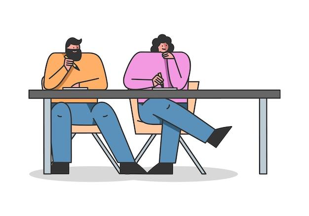 Homme et femme suivent un cours conjoint à distance en ligne