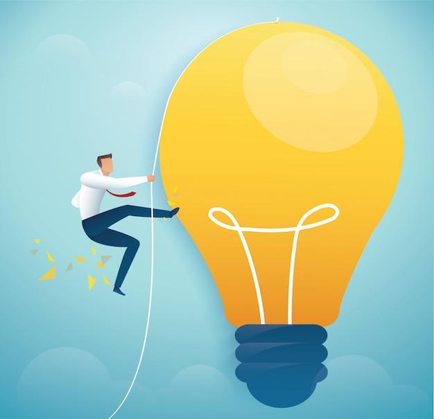 Homme grimpant sur une ampoule