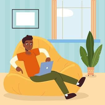 Homme indépendant avec ordinateur portable