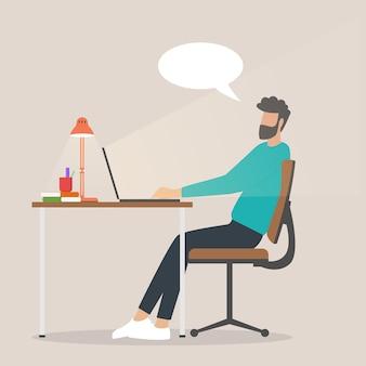 Homme indépendant travaillant sur des ordinateurs portables à la maison travail à domicile