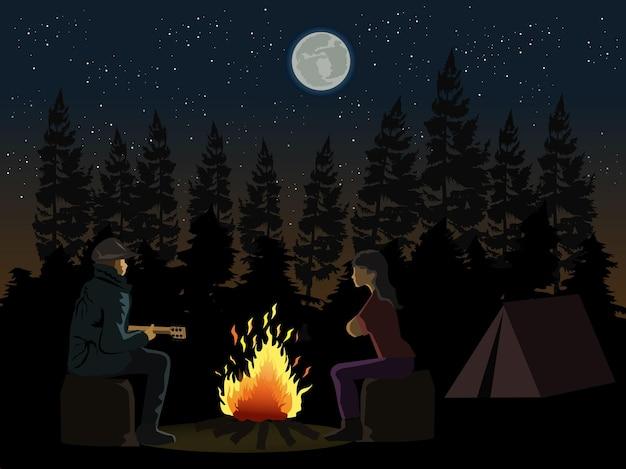 Homme Jouant De La Guitare à Une Femme Devant Un Feu De Camp Avec Des Ombres De Forêt De Pins Et De Lune En Arrière-plan. Vecteur Premium