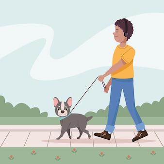 Homme marchant avec bouledogue français