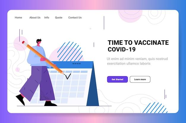 Homme en masque debout près de l'heure du calendrier pour vacciner les soins de santé et la protection concept de traitement médical horizontal pleine longueur copie espace illustration vectorielle