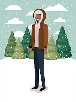 Homme noir dans le paysage de neige avec des vêtements d'hiver