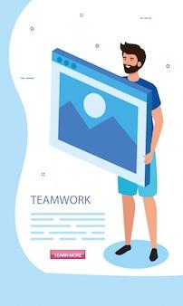 Homme avec une page web dans le travail d'équipe de la scène