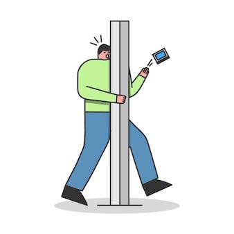 Homme avec pilier de route de saut de téléphone. homme de dessin animé imprudent blessant textos ou surfant sur internet sur smartphone en marchant