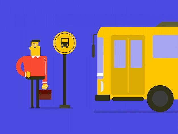Homme de race blanche attendant un bus à l'arrêt de bus.