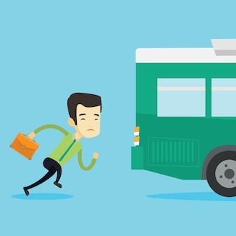 Homme retardataire qui court pour le bus.