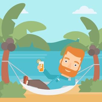 Homme se détendre dans un hamac.
