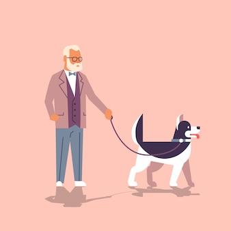 Homme senior qui marche avec husky