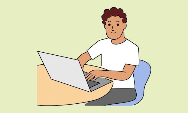 L'homme à son bureau travaille sur l'ordinateur portable