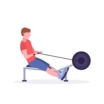 Homme sportif, faire des exercices sur un rameur, travailler dans un gymnase sur un appareil d'entraînement, concept de mode de vie sain crossfit, fond blanc